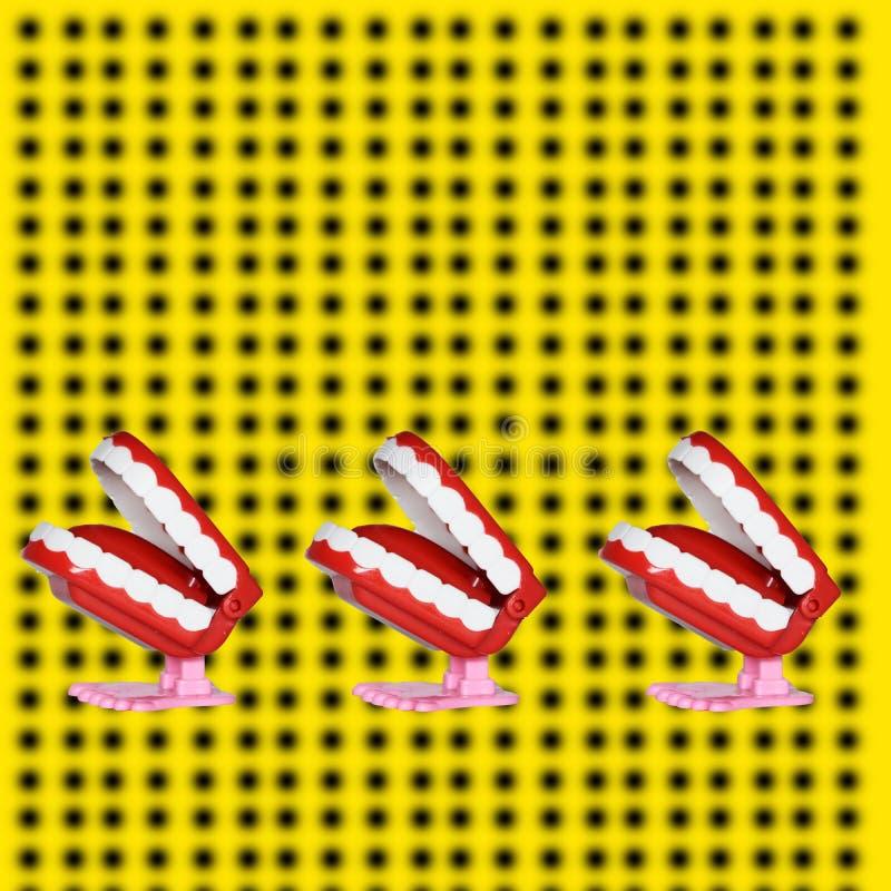 Grappige tand, stuk van cake, affiche en geel fonds royalty-vrije stock foto