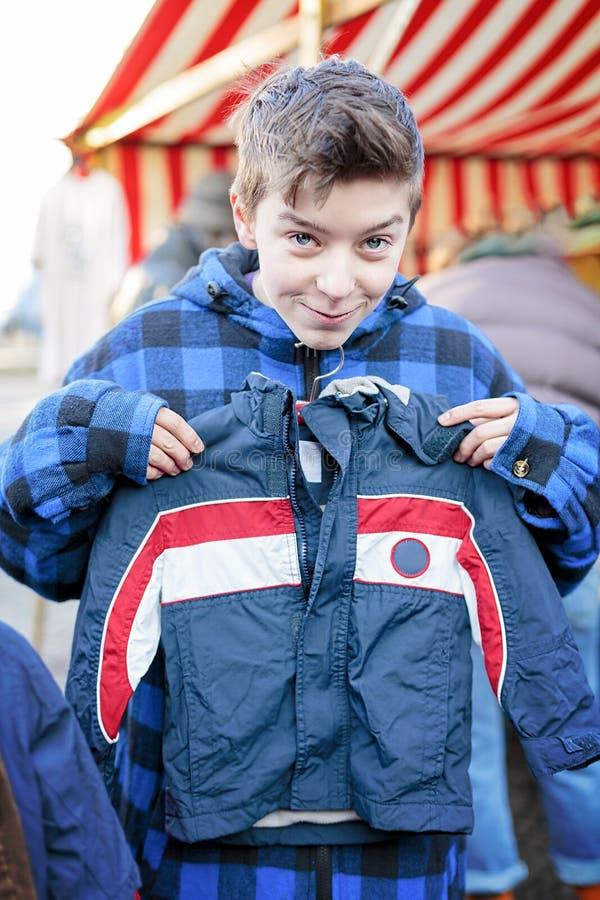 Grappige tiener op een vlooienmarkt royalty-vrije stock fotografie