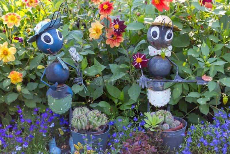 Grappige tuincijfers in gras en bloemen Binnenplaatsdecor Mierenstandbeelden in park Het concept van de tuindecoratie royalty-vrije stock afbeelding