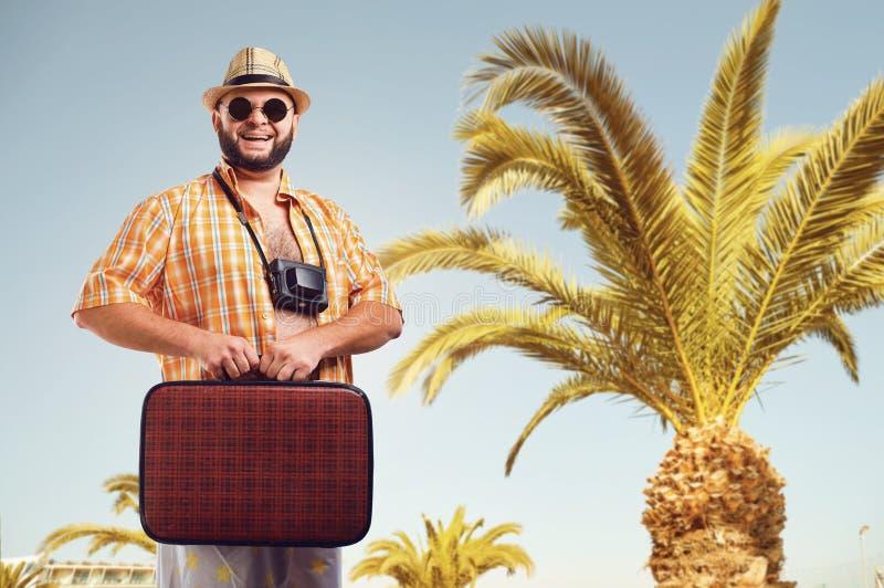 Grappige vette gebaarde mens met een koffer op vakantie royalty-vrije stock foto's