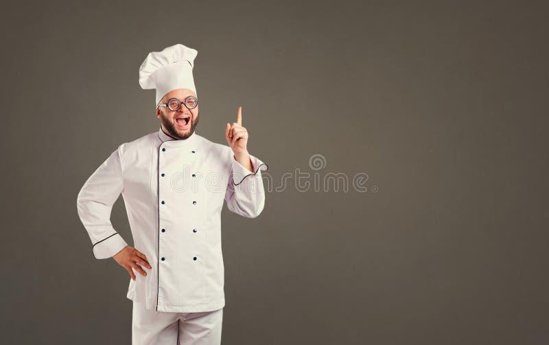 Grappige vrolijke chef-kok in witte eenvormig op achtergrond voor tekst royalty-vrije stock fotografie