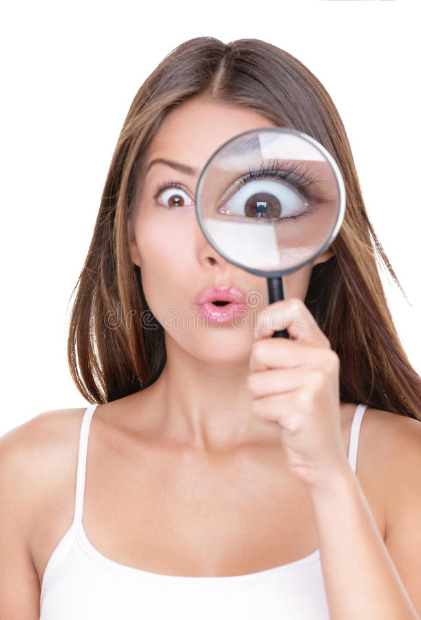 Grappige vrouw die met vergrootglas zoeken royalty-vrije stock fotografie