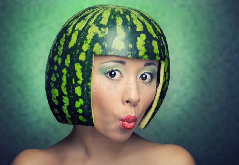Grappige vrouw met watermeloen als helm royalty-vrije stock foto