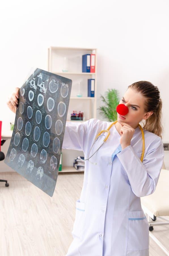 Grappige vrouwelijke arts die in de kliniek werken royalty-vrije stock afbeelding