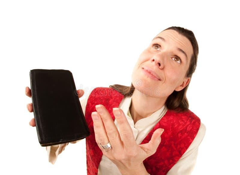 Grappige vrouwelijke predikant die aan God bidt royalty-vrije stock afbeelding