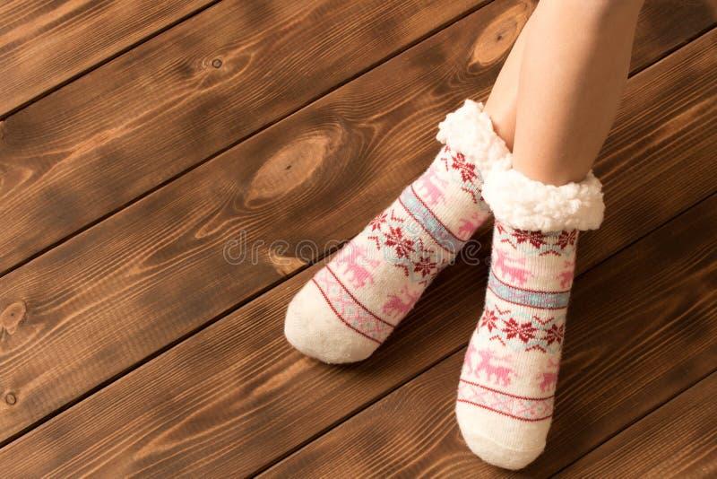 Grappige warme sokken op de voeten van het meisje stock afbeeldingen