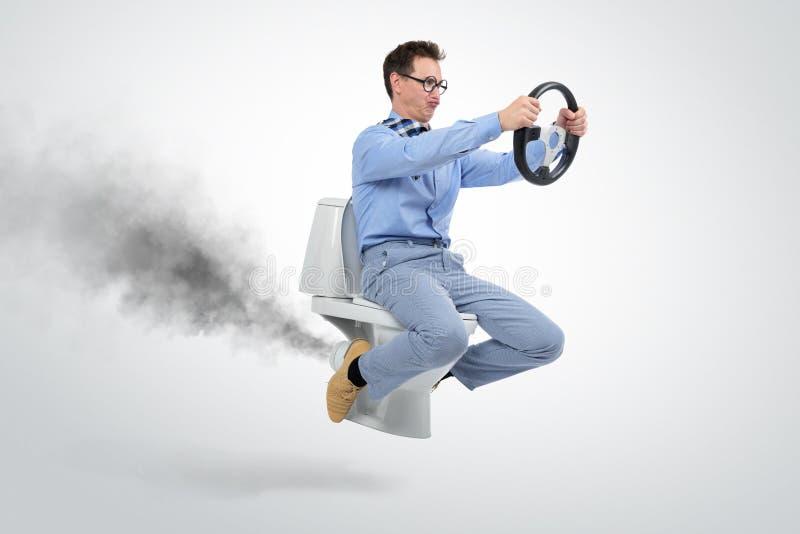 Grappige zakenman die op het toilet vliegen stock afbeelding