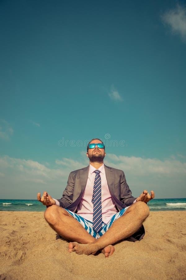 Grappige zakenman op het strand stock foto