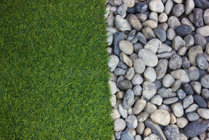 gras en riviersteen stock foto's