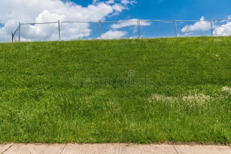 Gras-Zaun und Himmel lizenzfreie stockbilder