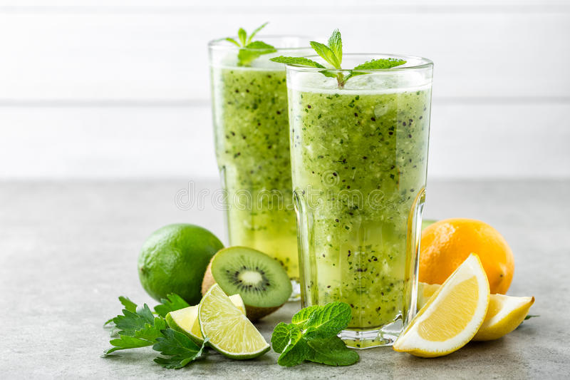 Grasa que quema la ensalada de fruta verde con el kiwi, el limón, la menta y el perejil imágenes de archivo libres de regalías