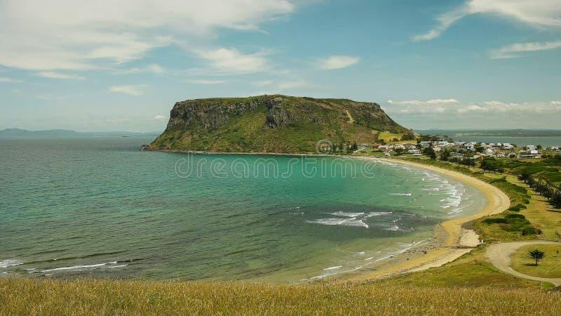 Grasartige Wiese und die Nuss bei Stanley in Tasmanien lizenzfreie stockfotografie