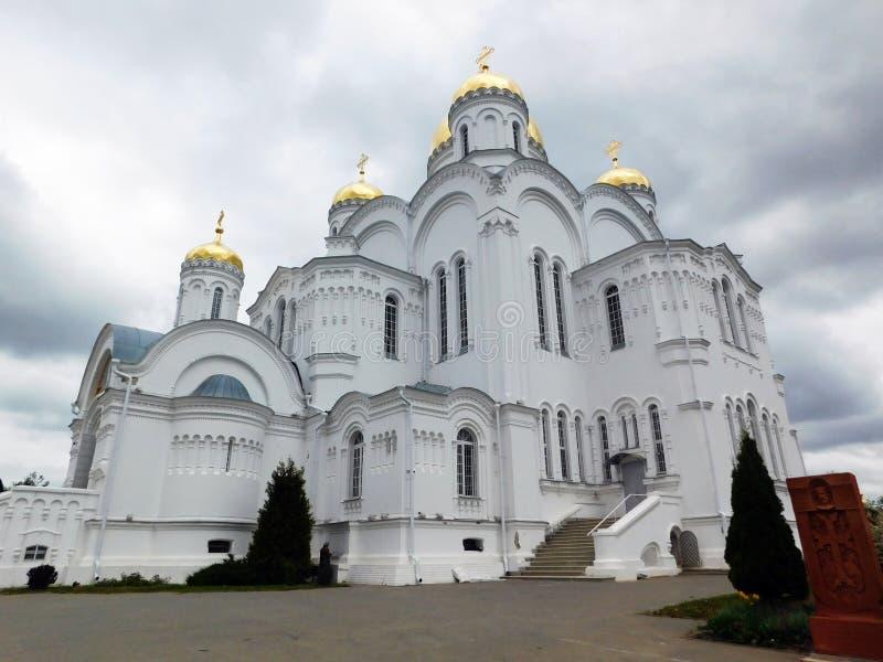 Grasious monumentalna katedra z kopuły zakończeniem fotografia stock