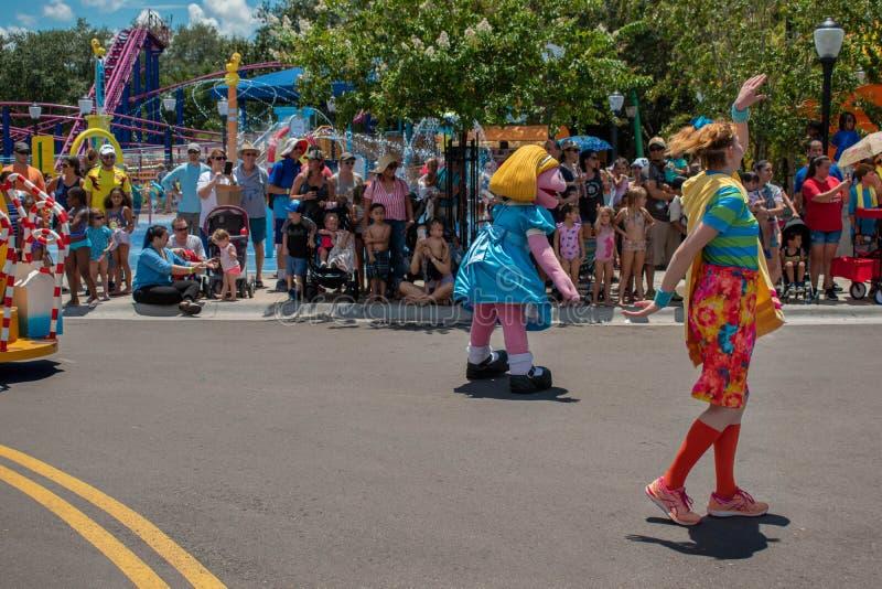 Grasland-Dämmerung und Frauentänzer in der Sesame Street-Partei-Parade bei Seaworld stockfotos