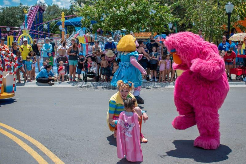 Grasland-Dämmerungs- und Fernsehmonster in der Sesame Street-Partei-Parade bei Seaworld 2 stockfotos