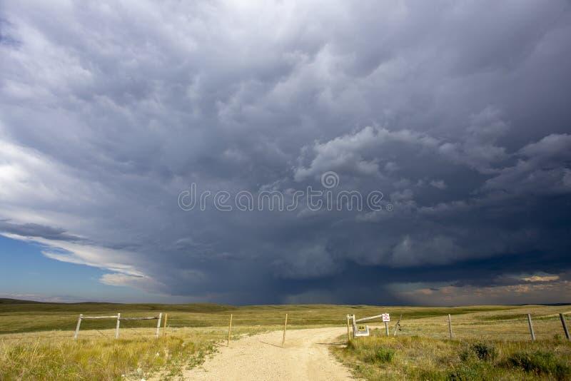Grasland-Sturm-Wolken lizenzfreies stockbild