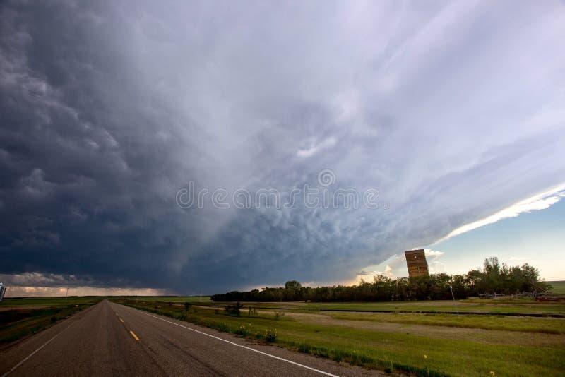 Grasland-Sturm-Wolken stockfotografie