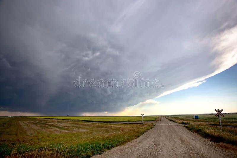 Grasland-Sturm-Wolken lizenzfreies stockfoto