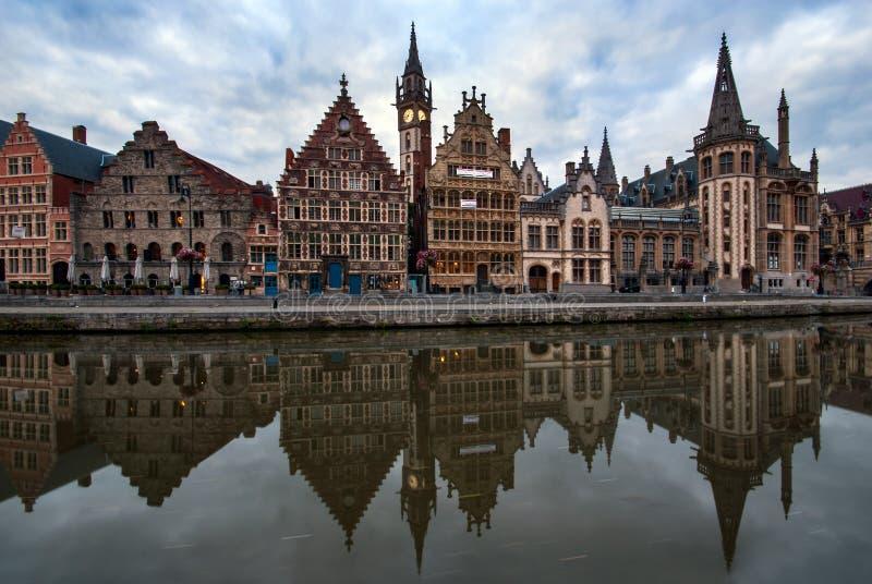 Graslei港口的反射在跟特,比利时 免版税库存图片