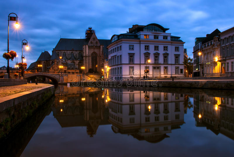 Graslei港口的反射在跟特,比利时 库存图片