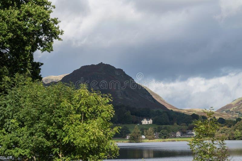 Grasmere, Cumbria, lac et village, a donné sur par le rocher de barre image stock