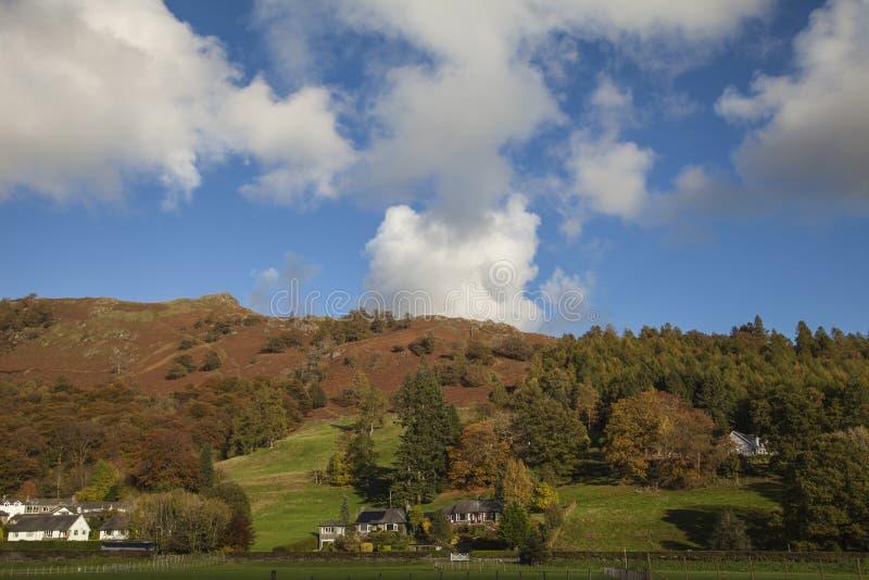 Grasmere, Jeziorny okręg, Anglia UK - wzgórza, łąki i niebieskie nieba, fotografia stock