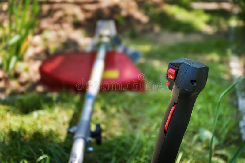 Grassnijder/borstelsnijder voor het in orde maken van overwoekerd gras royalty-vrije stock fotografie