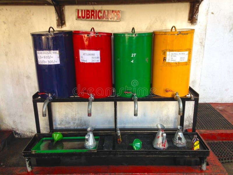 Grasso alle automobili di rifornimento di carburante in Nuwara Eliya fotografia stock