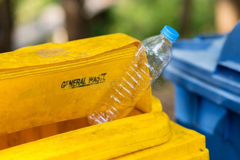 Grat butelka przy Mylnym koszem zdjęcie stock