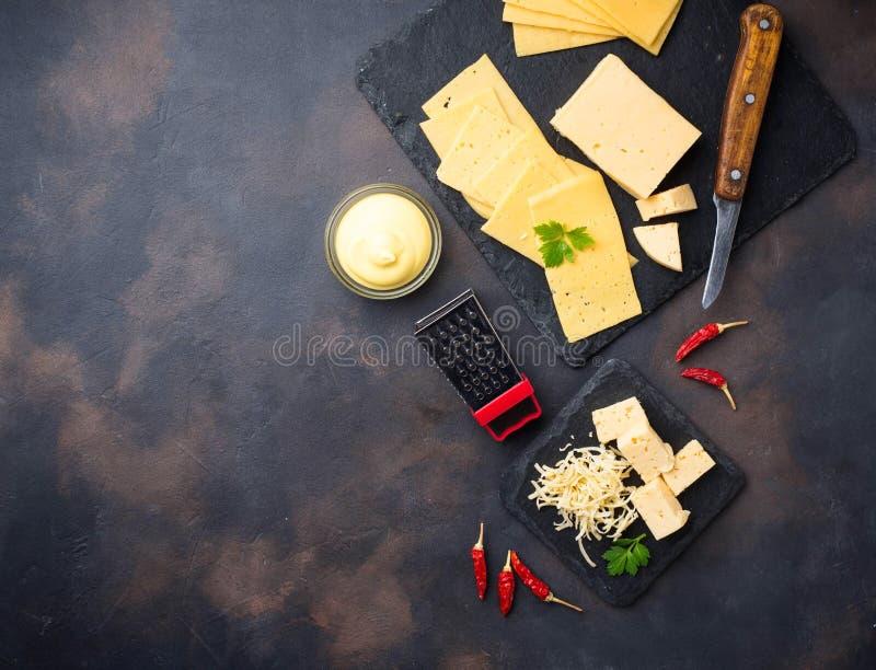 Grated ost kritiserar på brädet arkivfoto