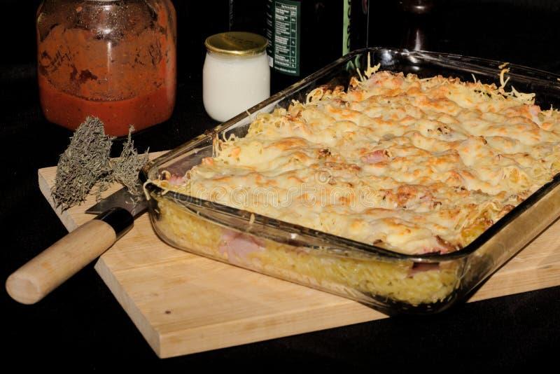 Gratin ζυμαρικών, τυριών και ζαμπόν στοκ εικόνα