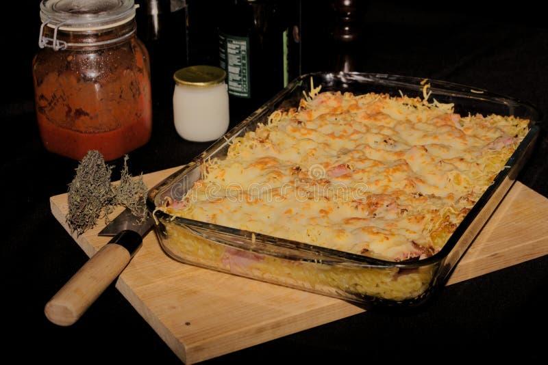 Gratin ζυμαρικών, τυριών και ζαμπόν στοκ εικόνες