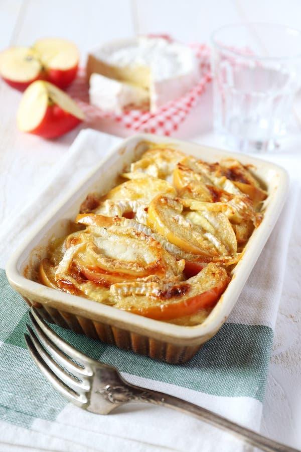Gratin картошек, яблок и сыра камамбера стоковое изображение