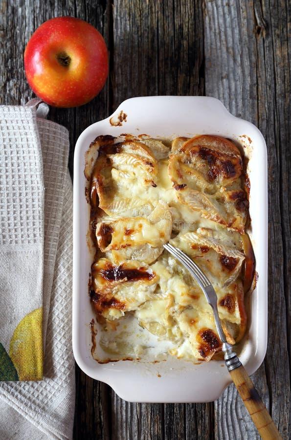 Gratin картошек, яблок и сыра камамбера стоковые изображения