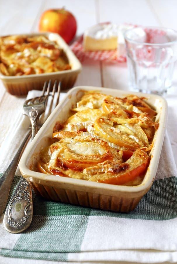 Gratin картошек, яблок и сыра камамбера стоковые фото