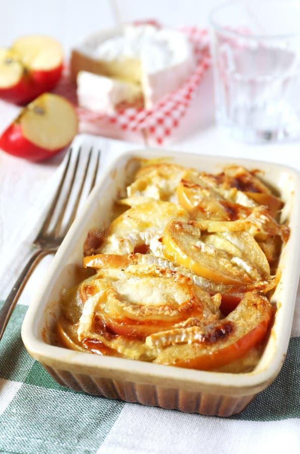 Gratin картошек, яблок и сыра камамбера стоковое фото rf