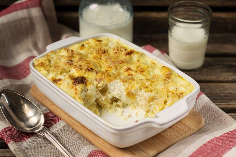 Gratin de macaronis au fromage avec du feta photographie stock
