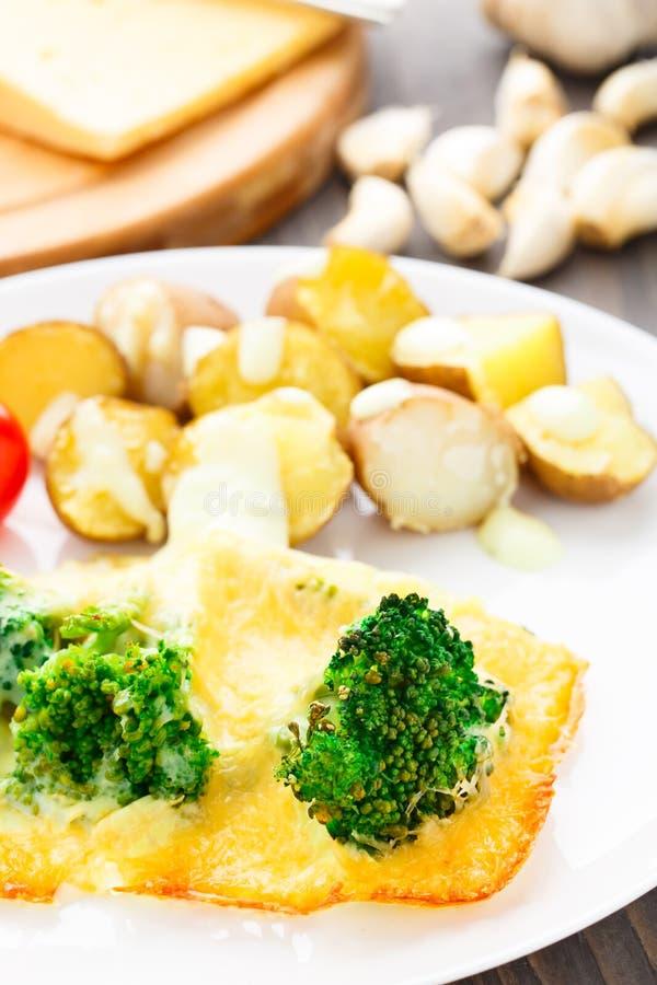 Gratin dei broccoli con formaggio e la patata al forno fotografie stock