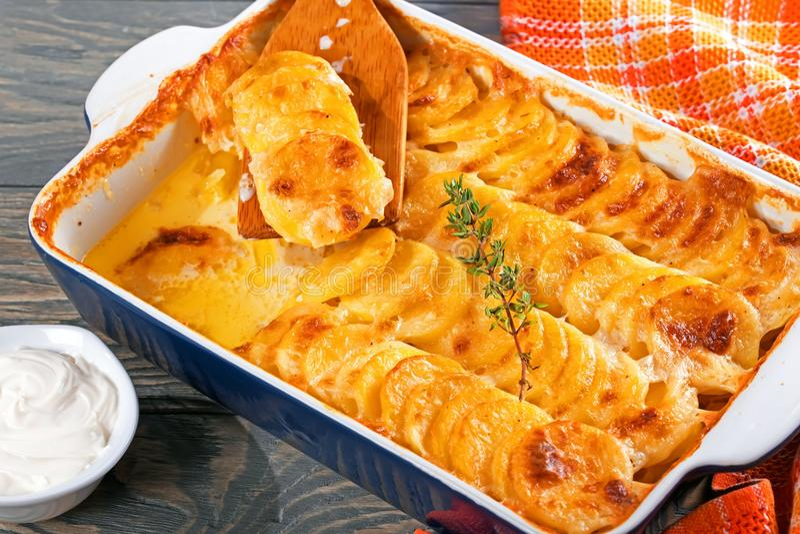 Gratinerade Dauphinois, potatisar som bakas i en stekhet maträtt, närbild royaltyfria bilder