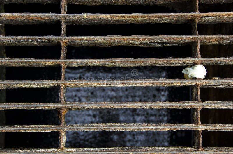 Grating de aço fechado da tampa da tubulação da água de esgoto foto de stock royalty free