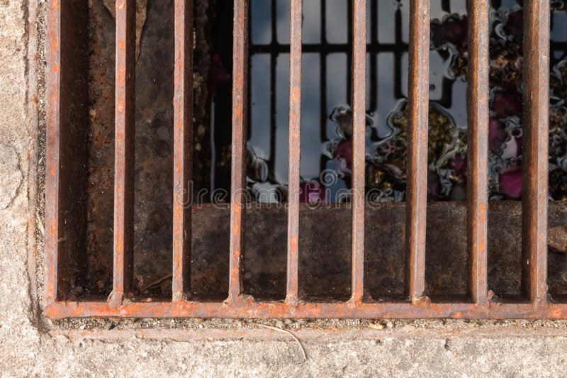 Grating van het roeststaal rioleringspoort royalty-vrije stock afbeeldingen