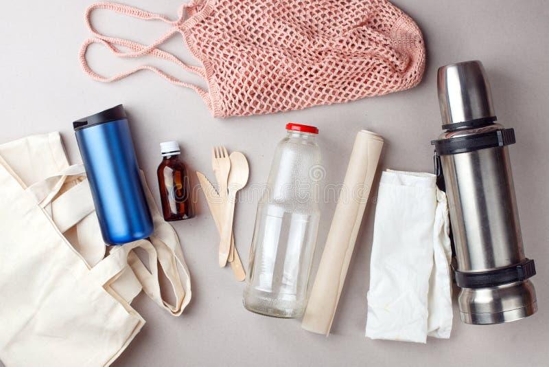 Gratis compras plásticas fijadas y empaquetado - bolsos y lepisosteus de cristal, papel, botella del algodón del steelness Concep fotos de archivo