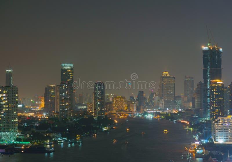 Grattacieli a Chao Phraya River, città di Bangkok, Tailandia fotografia stock