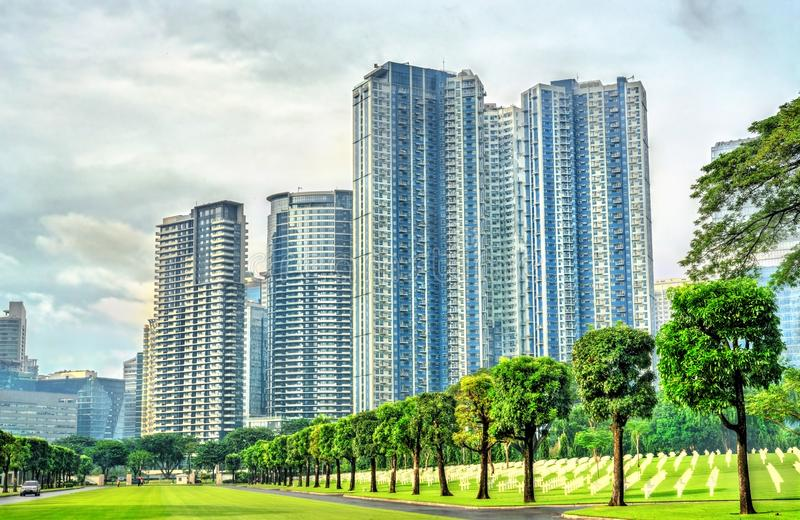 Grattacieli come visto dal cimitero americano di Manila, Filippine fotografia stock