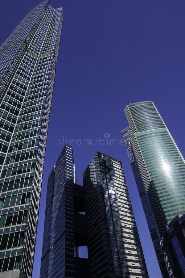 Grattacieli con la facciata di vetro Costruzioni moderne immagine stock libera da diritti