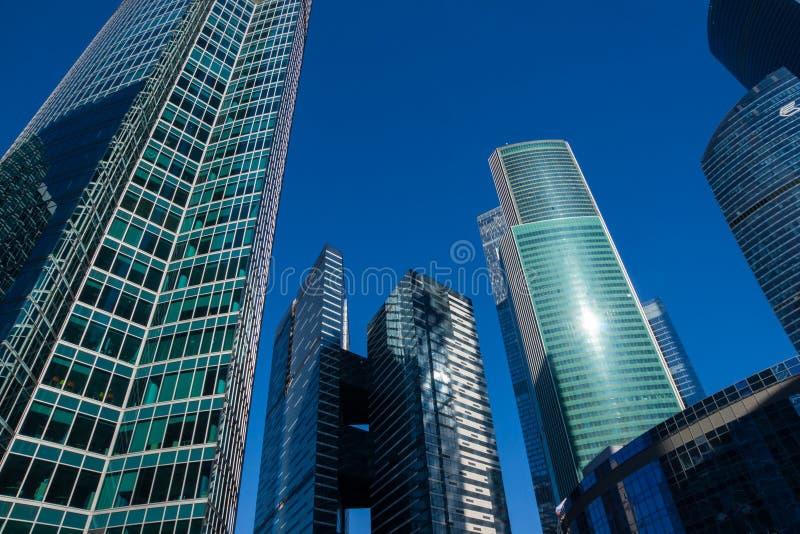 Grattacieli con la facciata di vetro Costruzioni moderne fotografia stock