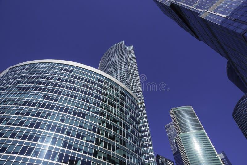 Grattacieli con la facciata di vetro Costruzioni moderne fotografia stock libera da diritti