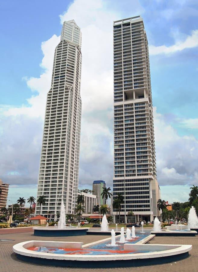 Grattacieli con la fontana Panamá immagine stock libera da diritti