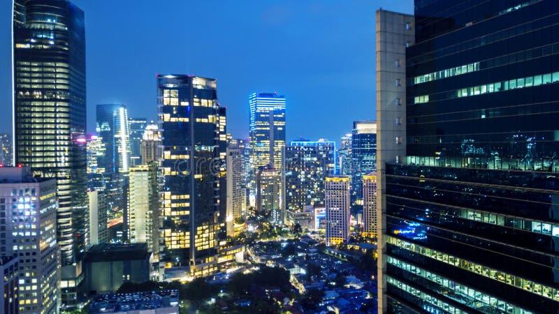Grattacieli con le luci notturne brillanti a Jakarta fotografie stock