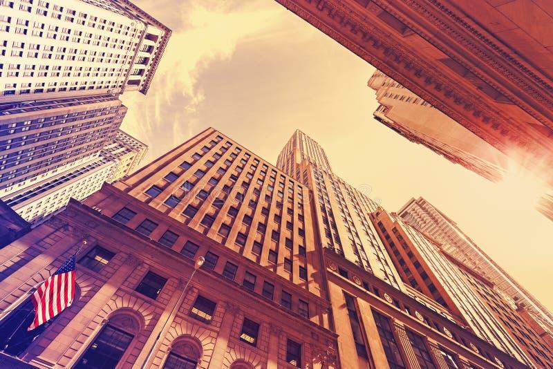 Grattacieli d'annata di stile in Manhattan al tramonto immagini stock libere da diritti